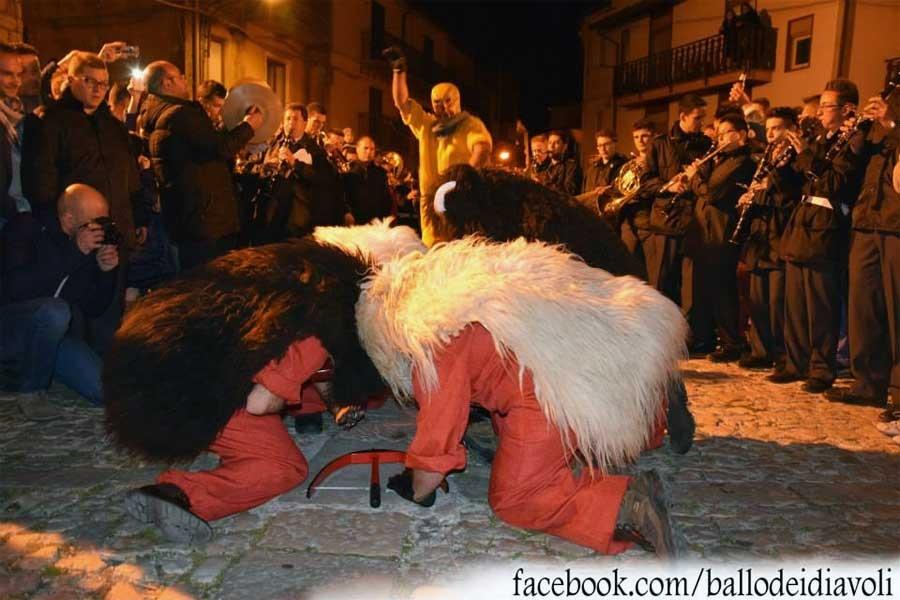 ריקוד השטן בעיירה פּרִיצִי בסיציליה - צילום:  Facebook.com/ballodeidiavoli