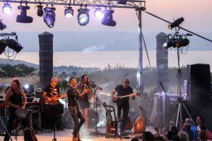 בפסטיבל בין הכרמים - צילום: www.facebook.com/2beav/
