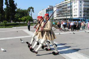 חיילי המשמר ליד בניין הפרלמנט באתונה - צילום באדיבות: © CarniFest Online