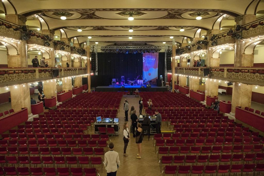 אולם לוקרנה בפראג - צילום: www.strunypodzimu.cz