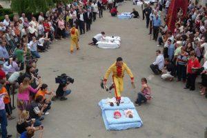 פסטיבל קפיצת השטן מעל התינוקות - אל קולצו - צילום: www.sasamon.burgos.es/fiestas/el-colacho